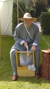 Carsten als Knochenschnitzer